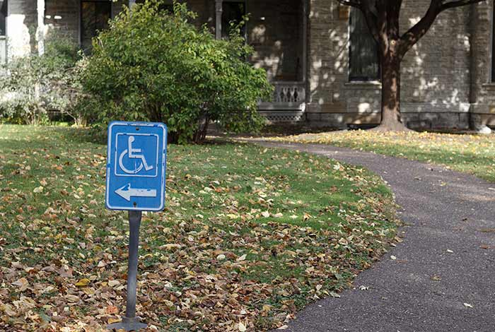 Sign pointing in the direction of the wheelchair ramp