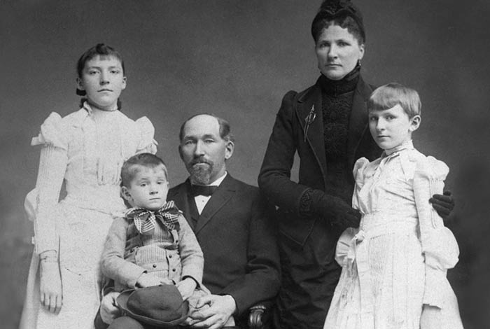 Black and white portrait of Solomon G. Comstock and his family.
