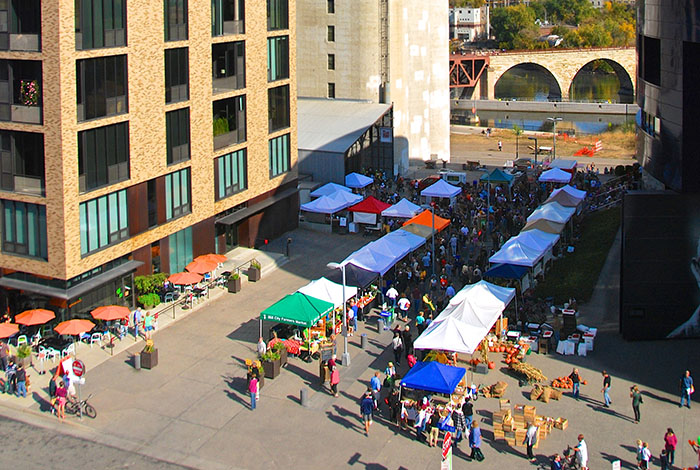 Overhead view of people browsing market stalls outside of the museum.