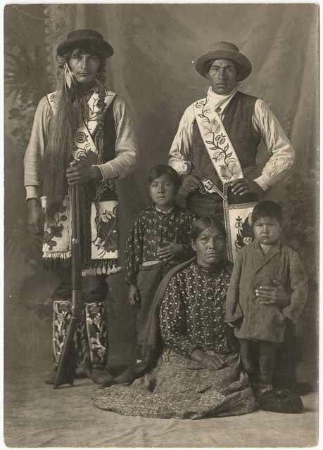 Unidentified Ojibwe family, about 1905. Source: MNHS Collections.