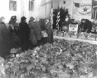 Volunteers of America distributing five hundred baskets for the poor,1932.
