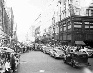 Photo: People celebrating on VJ Day, Minneapolis, 1945.