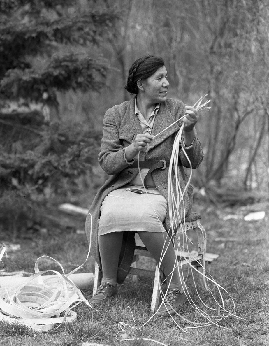 Maude Kegg with wiigob for basketmaking, Mille Lacs, 1947
